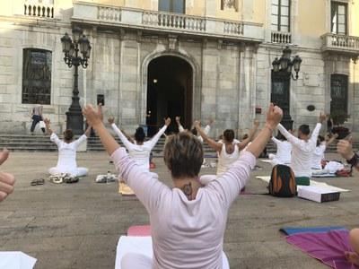Masterclass matinera de ioga a la Plaça de la Font