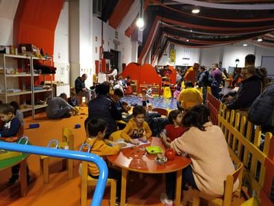 Els nens gaudeixen de la ludoteca al Parc de Nadal