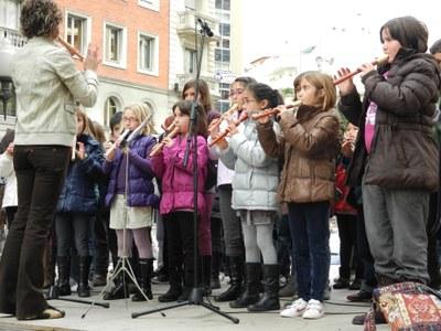 344 nens i nenes canten nadales i visiten el Mercat