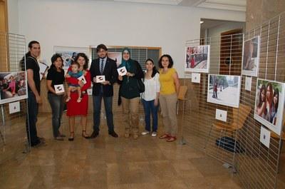 """L'exposició """"Implicades. Imatges de dones vingudes a Tarragona"""" es pot visitar al vestíbul de l'Oficina Jove"""