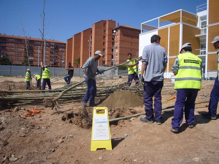 Els treballadors d'un pla d'ocupació municipal ajardinen l'exterior de l'Espai de Trobada a Campclar