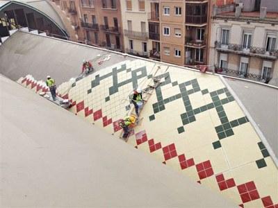 Instal·len el revestiment de la coberta del nou Mercat Central