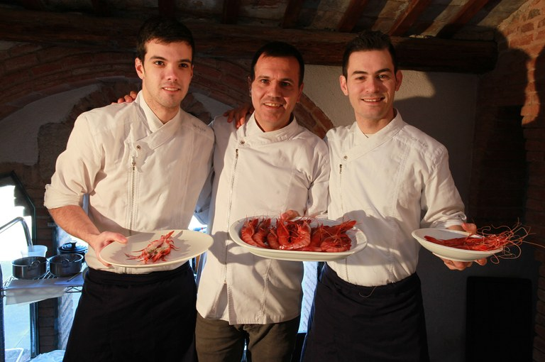 El xef Oriol Castro fa un 'show cooking' amb la Gamba de Tarragona a la Vinícola de Nulles