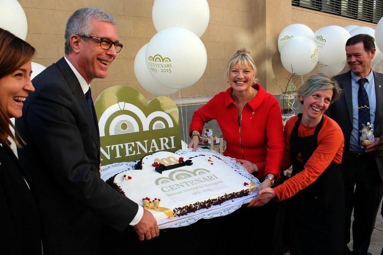 El Mercat Central bufa les espelmes del seu centenari