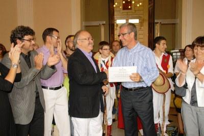 Josep-Lluís Carod-Rovira lliura a l'alcalde la distinció que acredita Santa Tecla com a Festa Patrimonial d'Interès Nacional