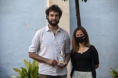 La consellera de Cultura de l'Ajuntament , Inés Solé, lliura a Pau Sabaté el premi Premi Vidal Alcover de traducció