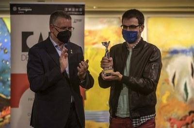 Pau Ricomà fa lliurament de la Musa dels Premis al guanyador del Premi Pin i Soler 2020 a Albert Pijuan pel seu llibre 'Tsunami'