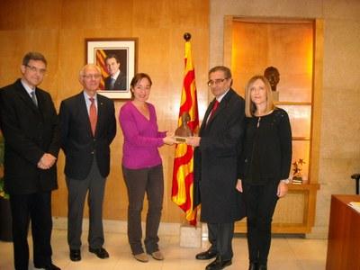 """La família d'Emili Fontbona dóna a l'Ajuntament una reproducció de l'escultura """"Mariner de Tarragona"""""""