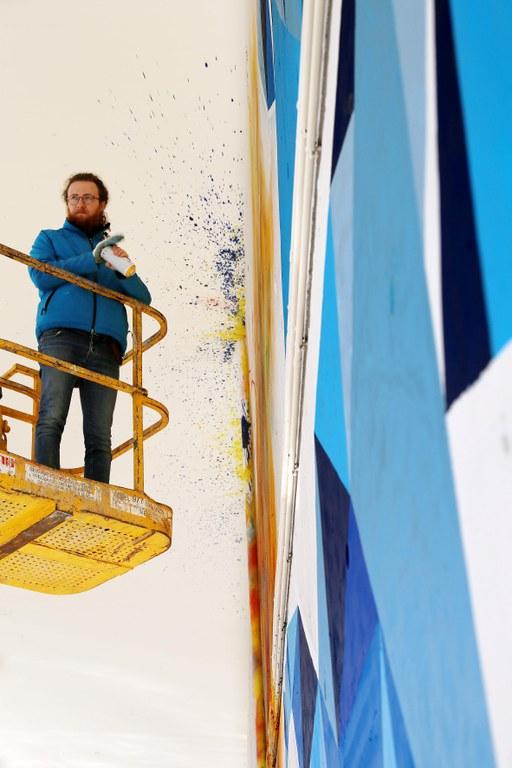 L'artista Nil Bartolozzi presenta la seva intervenció mural participativa a l'Estació d'Autobusos