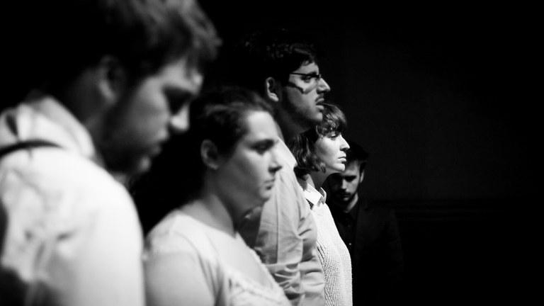Joves que fan teatre es troben a l'Espai Jove Kesse