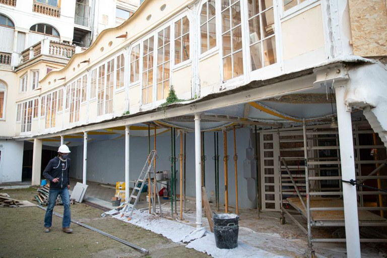 Iniciada la restauració de les bigues en mal estat del Teatre Metropol