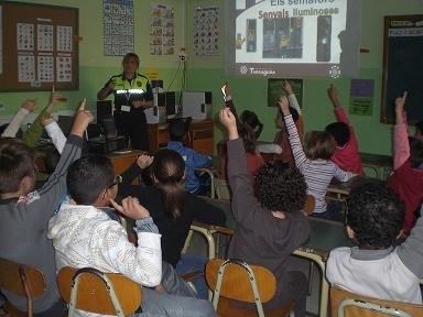 La Guàrdia Urbana, a les aules de l'Escola Sant Pere i Sant Pau