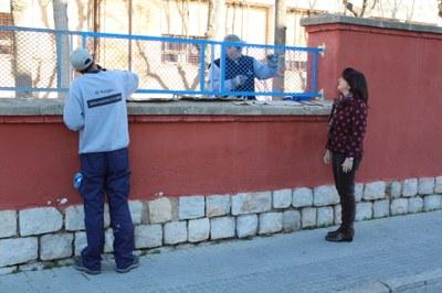Un equip del Servei Municipal d'Ocupació treballa en el manteniment dels centres escolars