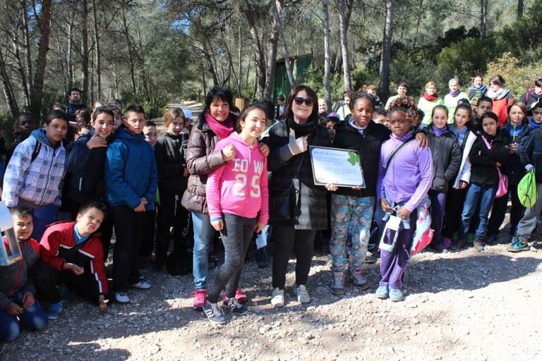 Alumnat de l'Escola Sant Salvador planta arbres al Parc Ecohistòric del Pont del Diable