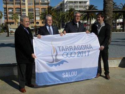 L'alcalde de Tarragona hissa la bandera dels Jocs de 2017 a la platja de Llevant de Salou