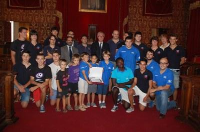 L'alcalde Josep Fèlix Ballesteros rep al Club Rugbi Tarragona.