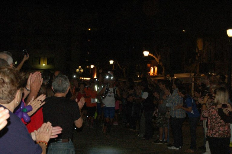 Emoció en l'arribada dels corredors dels Trajecte Solidari GR 92