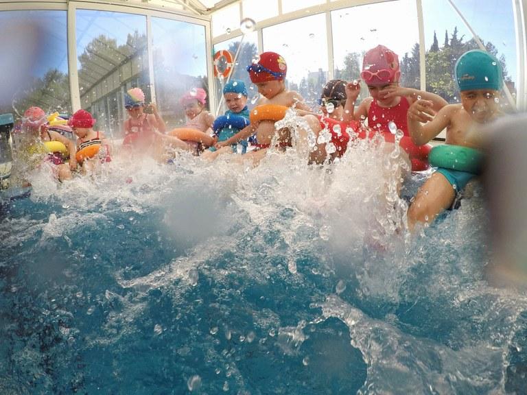 """El programa """"Juguem a Nedar"""" es consolida en la segona edició amb prop de 400 participants"""