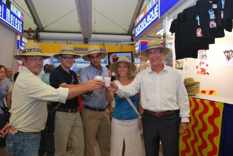 Es presenta el barret de les Festes al Mercat Central