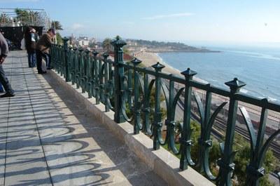 El primer tram de la barana del Balcó del Mediterrani ja està restaurat