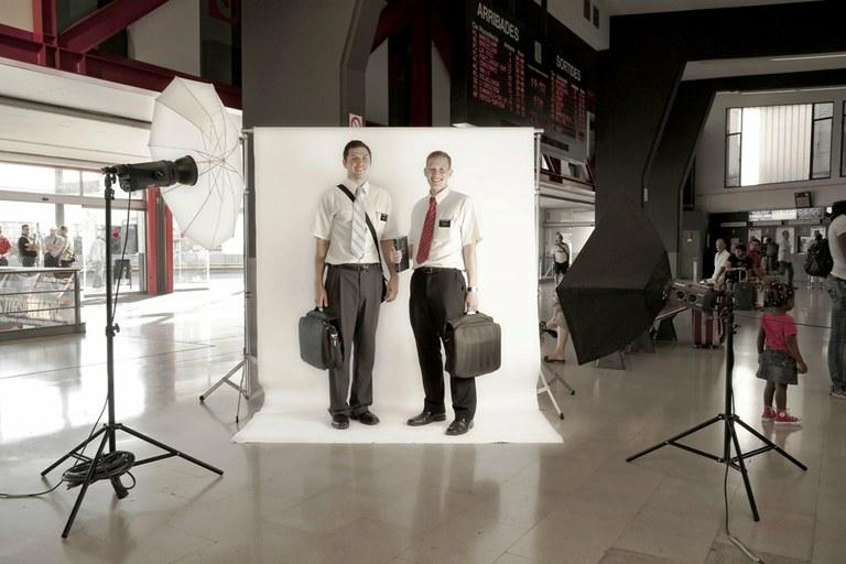 """La intervenció fotogràfica """"De pas"""" desembarca a l'estació d'autobusos"""