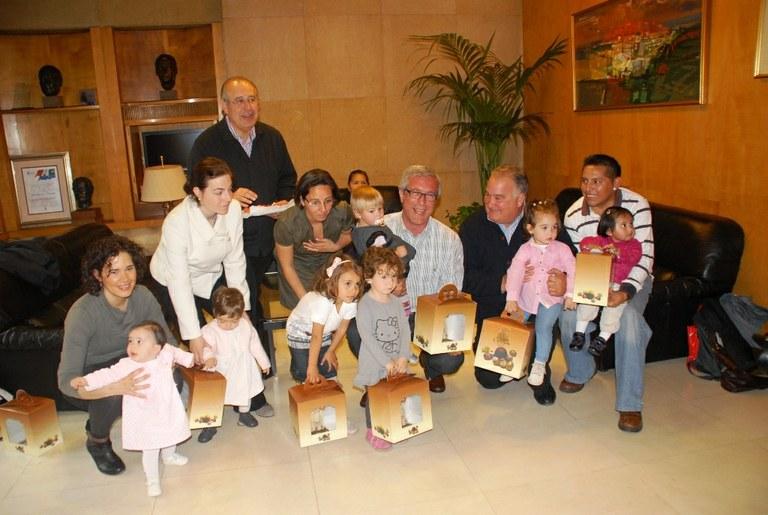 L'Alcalde lliura les mones de Pasqua a les nenes que es diuen Tecla