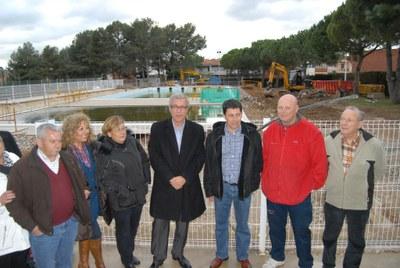 L'alcalde visita les obres de la coberta de la piscina de Sant Salvador i signa un protocol d'intencions amb l'associació de veïns del barri