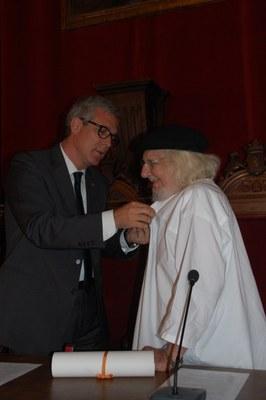 L'alcalde lliura una insígnia de l'Ajuntament de Tarragona i el Diploma de Visitant Il·lustre a l'escriptor i poeta Ernesto Cardenal