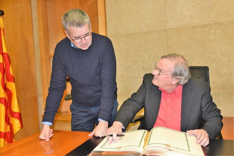 El poeta i cantautor flamenc Manuel Gerena signa el llibre d'honor de l'Ajuntament