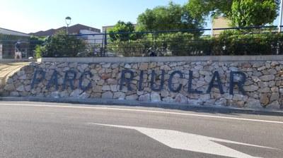 L'Ajuntament col·loca un nou cartell a l'entrada del barri de Parc Riu Clar