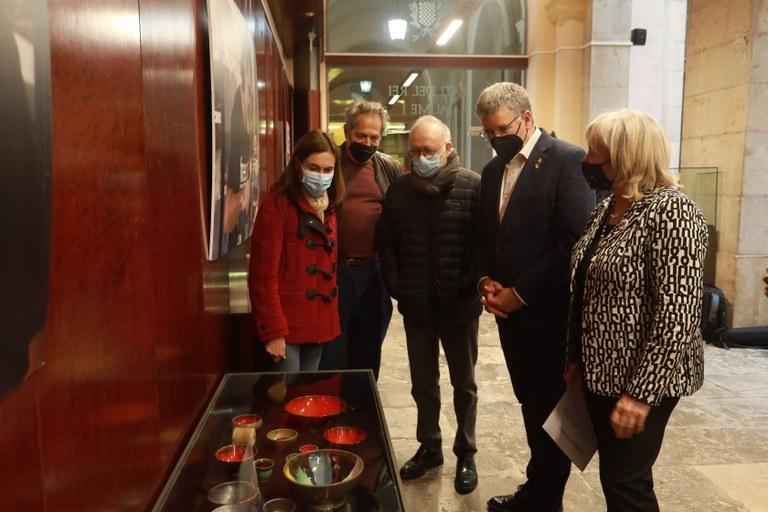 El Pati Jaume I de l'Ajuntament acull l'exposició de ceràmica de Jordi Cuixart
