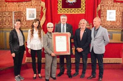 L'alcalde Ricomà lliura el títol de Fill Adoptiu de la Ciutat a títol pòstum a qui va ser soci fundador de l'Agrupació Fotogràfica de Tarragona
