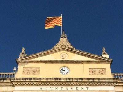 Aquest dijous les banderes de l'Ajuntament onejaran a mig pal