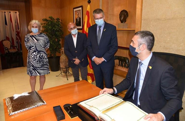 El conseller de la Generalitat, Bernat Solé, visita l'Ajuntament i signa al Llibre d'Honor