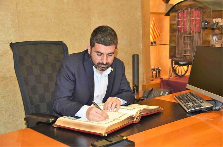 El conseller de Treball, Chakir El Homrani, signa al Llibre d'Honor de l'Ajuntament de Tarragona