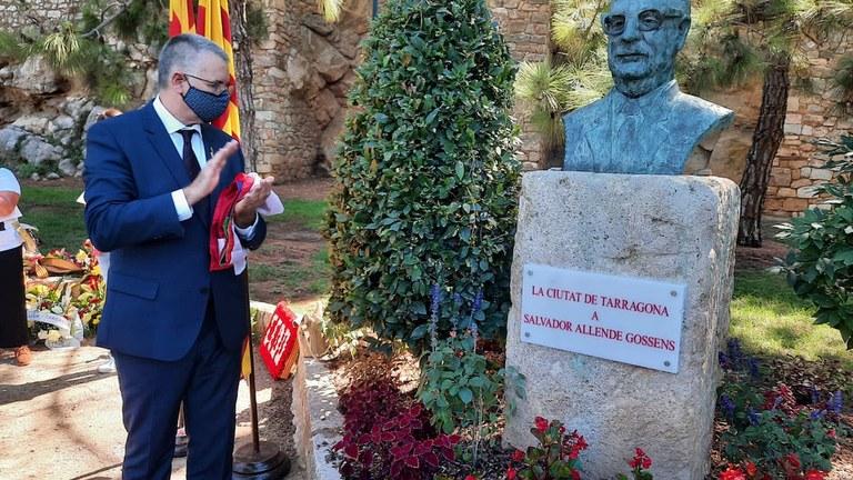 L'alcalde de Tarragona, Pau Ricomà, destaca 'els enormes valors' de Salvador Allende en l'ofrena floral en memòria del president xilè