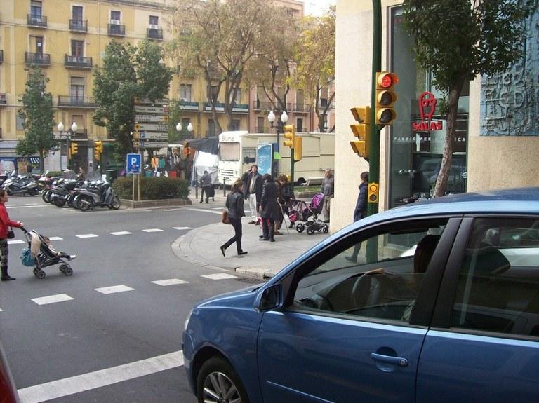 S'instal·len semàfors repetidors per millorar la seguretat viària al centre de la ciutat