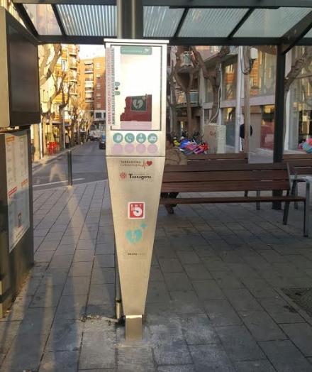 L'EMT torna a instal·lar els desfibril·ladors amb més mesures de  seguretat per evitar el vandalisme