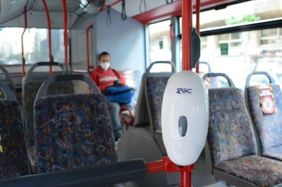 L'EMT instal·la dispensadors de gel hidroalcohòlic als autobusos municipals