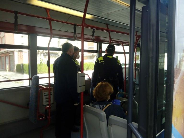 L'EMT valora positivament el funcionament del nou servei d'autobús municipal destinat a personal sanitari i serveis essencials