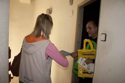 Campanya de foment de la recollida selectiva de la matèria organica i contenidors soterrats - Explicacions durant el porta a porta