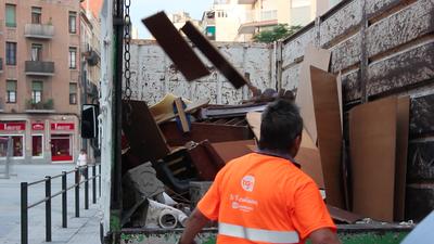 Cada dia s'omplen entre un i dos camions amb una capacitat de 7 tones d'andròmines incontrolades