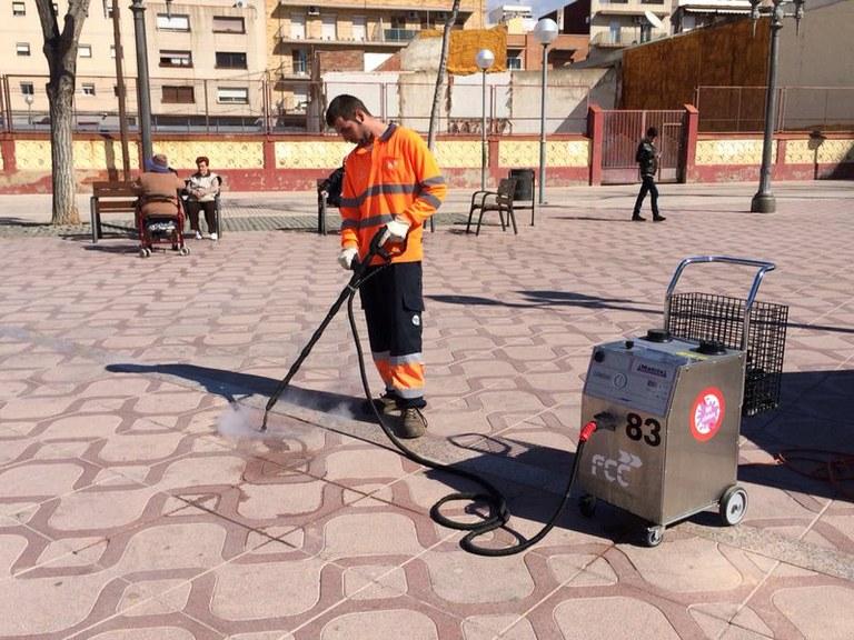 El servei de neteja retira 3900 xiclets de la Plaça de la Font, Rambla Nova i carrer Cristòfor Colom