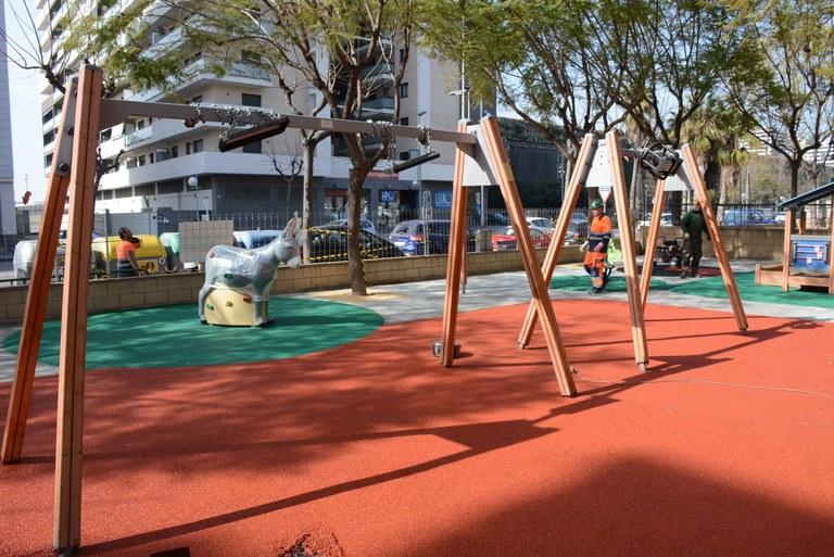 Els parcs infantils de la Granja, Cala Romana i Vidal i Barraquer comptaran amb nous jocs i terres tous per garantir una major seguretat