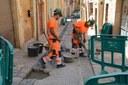 La Brigada d'Intervenció Ràpida repara el paviment de pedra artística del carrer Calderers