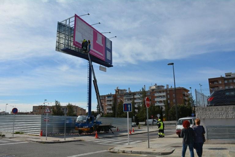 L'Ajuntament desconnecta la il·luminació i tapa la publicitat del tòtem de Parc Riuclar