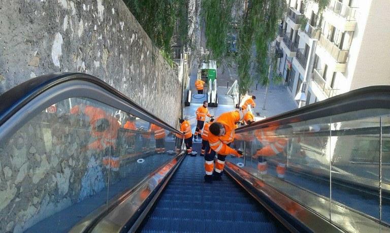 Neteja intensiva a les escales del carrer Vapor