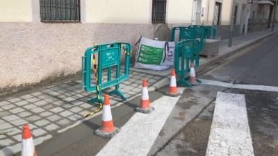 La Brigada municipal rebaixa voreres per eliminar barreres arquitectòniques