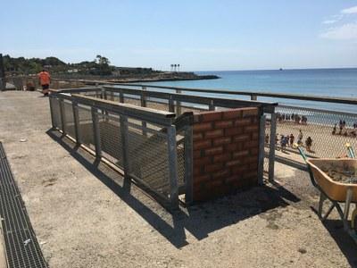 Tapien els accessos de la platja del Miracle a la plataforma per motius de seguretat