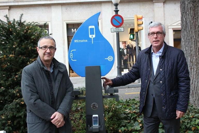 Ematsa implanta carregadors per a dispositius mòbils alimentats amb energia renovable en diferents punts de la ciutat